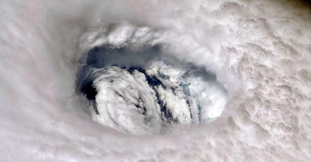 Les chercheurs remarquent que leur étude ne permet pas de distinguer réellement les possibles causes naturelles des causes humaines d'une telle augmentation d'intensité des ouragans et des typhons. La tendance est sans doute une combinaison des deux. Mais il apparaît certain que le réchauffement climatique a pour effet de rendre ce type de phénomènes plus puissants. Ici, l'ouragan Dorian, premier ouragan majeur de la saison 2019, vu de la Station spatiale internationale. © Nick Hague, Nasa