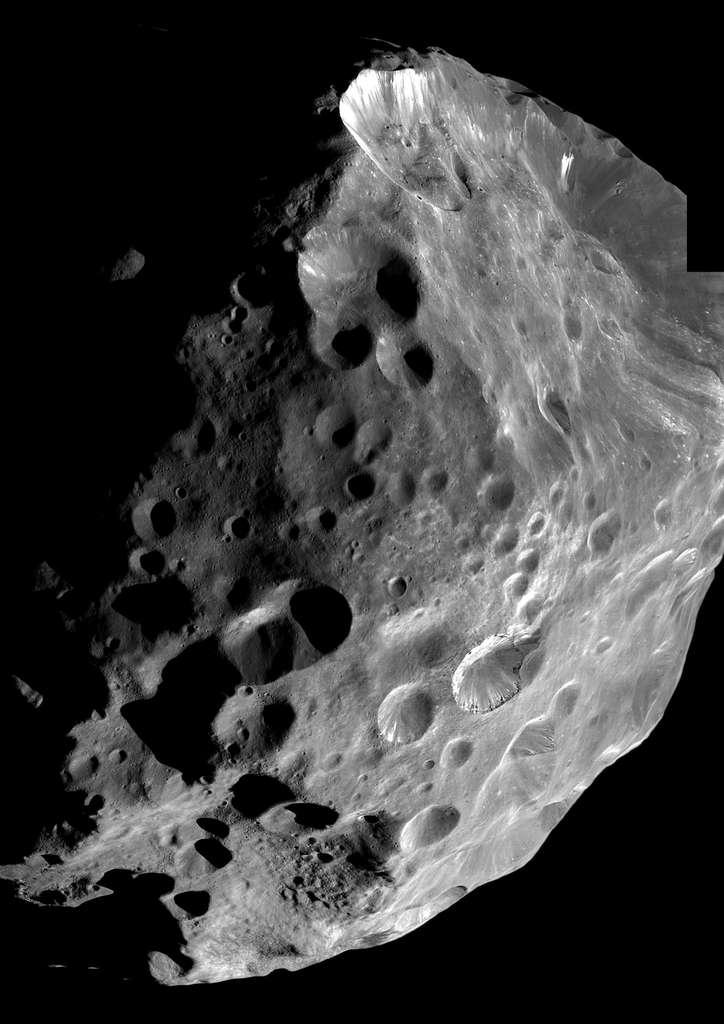 Phoebé, une lune de Saturne, a été survolée par Cassini en 2004. On pense qu'elle a été capturée par Saturne et qu'elle aurait pendant un temps fait partie des centaures. Avant cela, elle appartenait peut-être à la ceinture de Kuiper au-delà de Neptune. © Nasa