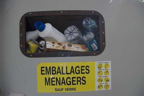 Avant d'être triés pour le recyclage, les cartons d'emballage laissent passer les substances chimiques des encres et contaminent les aliments. © Boris, Flickr CC by nc-sa 2.0