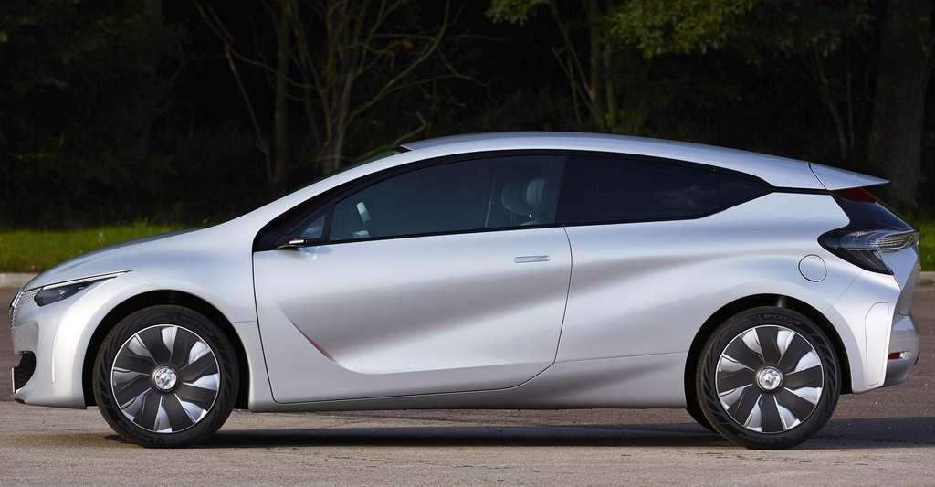 L'Eolab de Renault, un prototype présenté au Mondial de l'automobile 2014. Outre l'aérodynamisme, très travaillé, et la motorisation (hybride thermique-électrique), le poids a été considérablement réduit grâce à des nouveaux matériaux mais aussi à des astuces de construction. La masse a été réduite à 955 kg, soit 400 de moins qu'une Clio, une voiture de classe équivalente. La consommation moyenne, avec utilisation du moteur électrique, descend à 1 l aux 100 km. © Renault