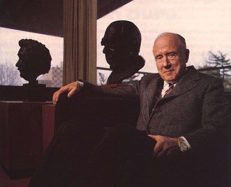 De gauche à droite à côté de lui, les bustes d'Einstein et de Bohr, les maîtres à penser de John Wheeler. © Texas A&M University
