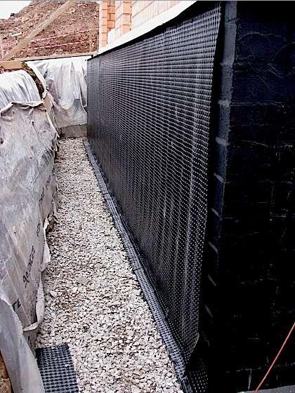 Les nappes PEHD se posent en dirigeant leurs excroissances thermoformées vers le mur afin de ménager une lame d'air permanente. © massivepassive-aventure.be