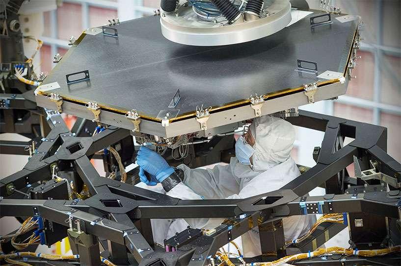 Installation du premier des 18 segments du miroir principal du télescope spatial James Webb (JWST). © Nasa, Chris Gunn