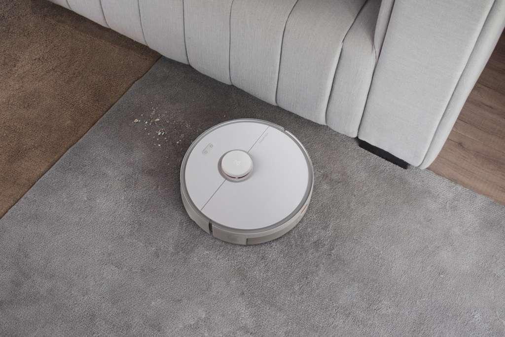 Design et intelligent, le Roborock S5 Max aspire et nettoie tous les types de revêtement de sol, sans que vous n'ayez à bouger le petit doigt. © Roborock