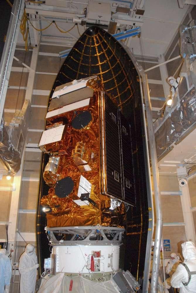 Le satellite NPP au moment de son installation sur la fusée Delta 2 avant son lancement le 28 octobre 2011. © Nasa/Don Kososka, VAFB