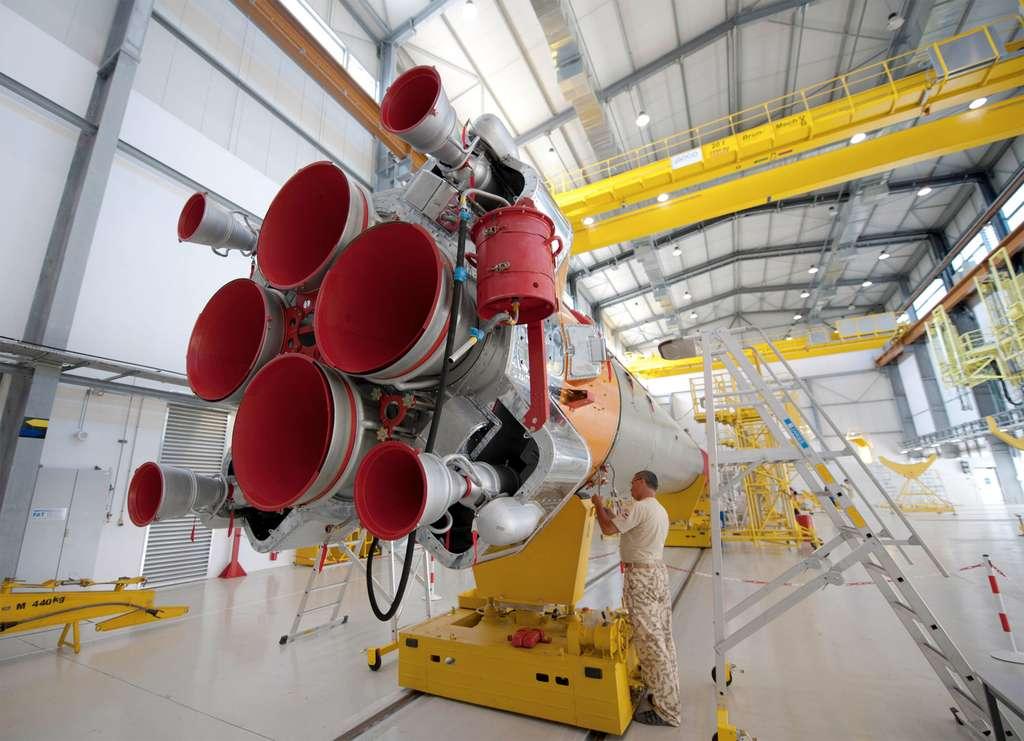 Préparation d'un des quatre boosters du lanceur. Accolés au corps central, ils forment le premier étage du Soyouz. © Esa/S. Corvaja 2011