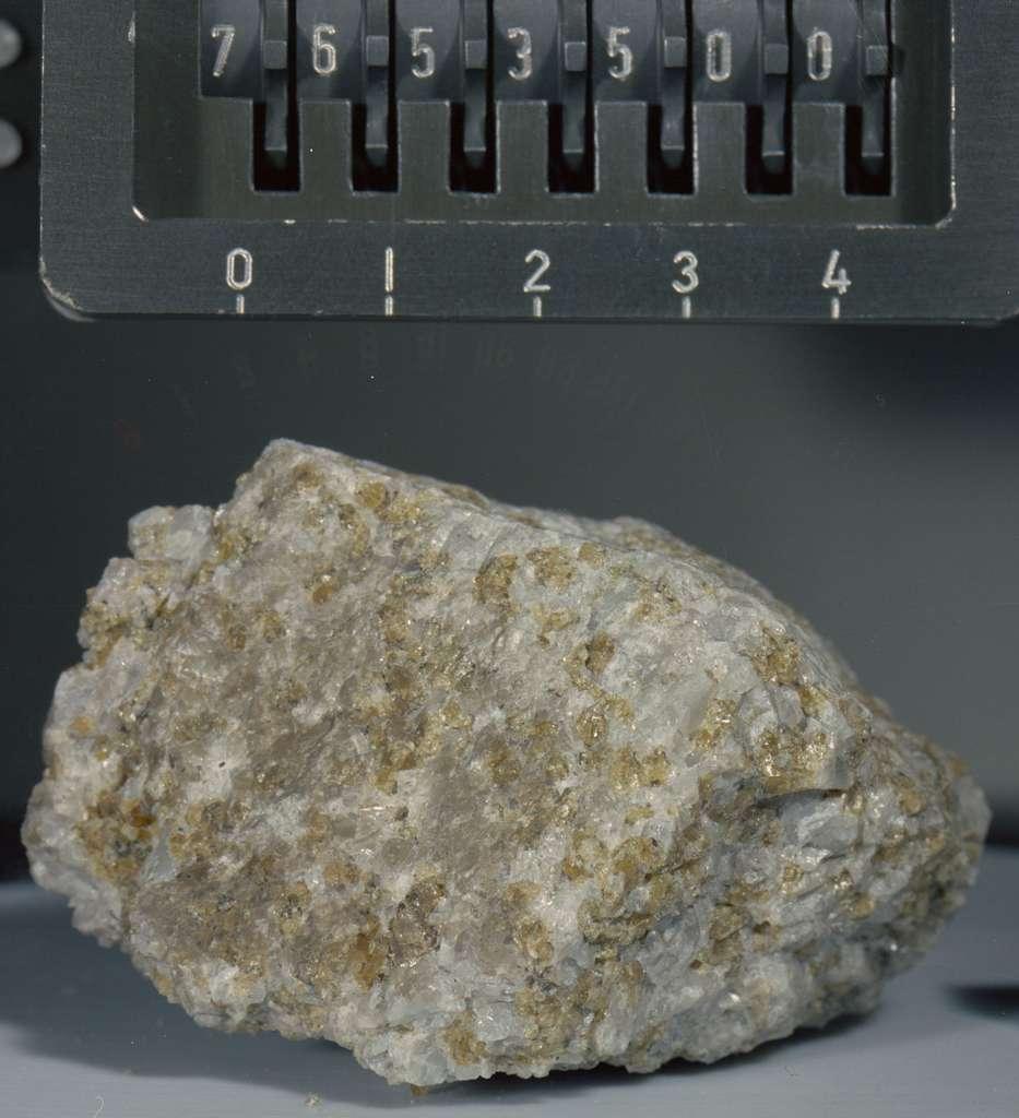 Une photo de Troctolite 76535, peu après son arrivée sur Terre en 1972. © Nasa