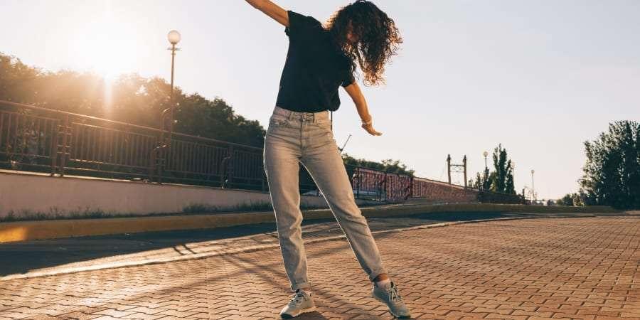 Il est aujourd'hui possible de porter des jeans peu gourmands en eau ainsi qu'en produits chimiques, fabriqués à partir de matières responsables et durables. © iprogressman, Getty Images