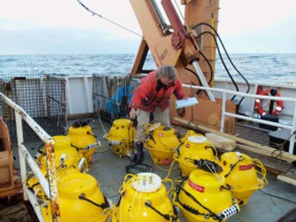 Les dispositifs du système Maru sont vérifiés sur le pont du bateau Delaware II de la NOAA. © Sarah Mussoline, NOAA