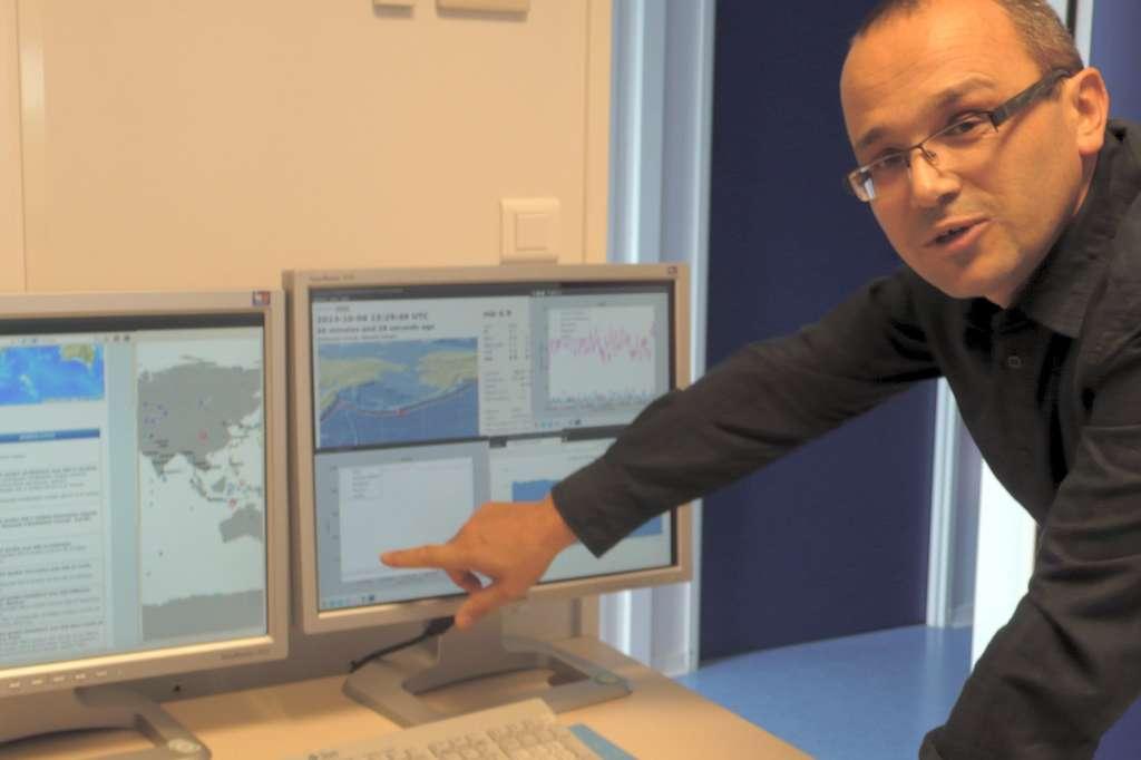 Rémy Bossu devant les écrans qui centralisent les données sismiques d'une cinquantaine de pays, mais aussi les pics d'activité sur le site du CSEM, témoignant qu'un séisme a été ressenti quelque part. © Jean-Luc Goudet, Futura-Sciences