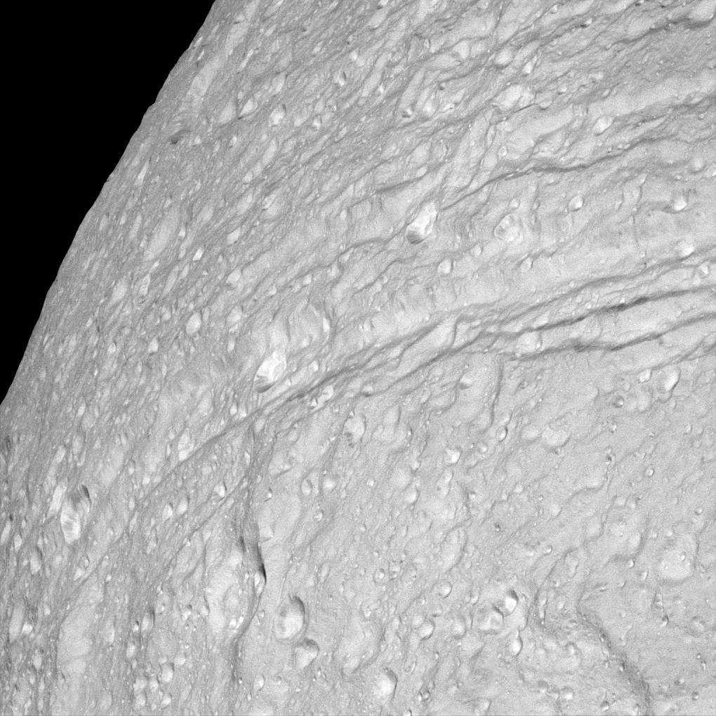 Ithaca Chasma est une immense faille qui cisaille la glace du nord au sud du satellite Téthys. © Nasa/JPL/Space Science Institute