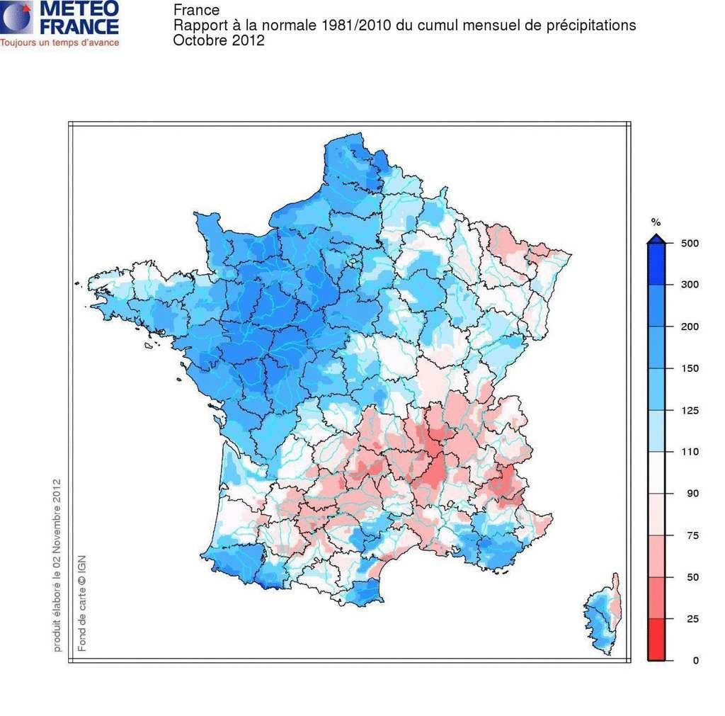 Bilan cumulé des précipitations du mois d'octobre 2012 par rapport à la normale de la période 1981-2010. L'échelle indique les précipitations cumulées supérieures à la moyenne, de 0 % (en rouge) à 500 % (en bleu). © Météo-France