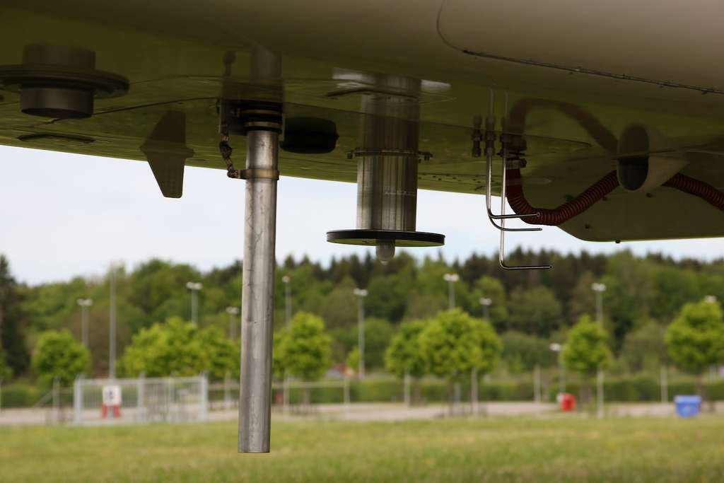 Certains instruments de mesure aspirent de l'air au travers des fenêtres. D'autres possèdent des sondes fixées sous la cabine, juste à côté d'un radiomètre spectral. © Forschungszentrum Jülich