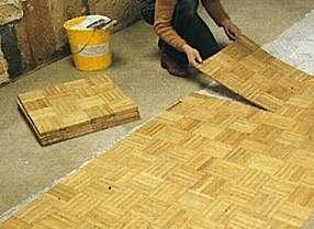Les dalles de parquet sont déballées au dernier moment et empilées à plat sur le sol. © maisonbrico.com
