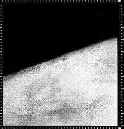 Cette image peut sembler de mauvaise qualité ou anodine, mais elle n'en est pas moins une photographie historique ! La première image de Mars renvoyée par une sonde en orbite, Mariner 4. document NASA