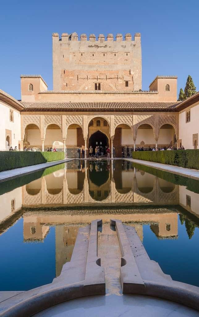 Patio de Los Arrayanes, Alhambra de Grenade. Photo : Tuxyco. © Wikimedia Commons, domaine public.