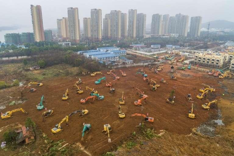 Une vue aérienne du chantier de construction d'un nouvel hôpital, à Wuhan ( Chine) pour accueillir et soigner les patients atteints du coronavirus. © STR, AFP