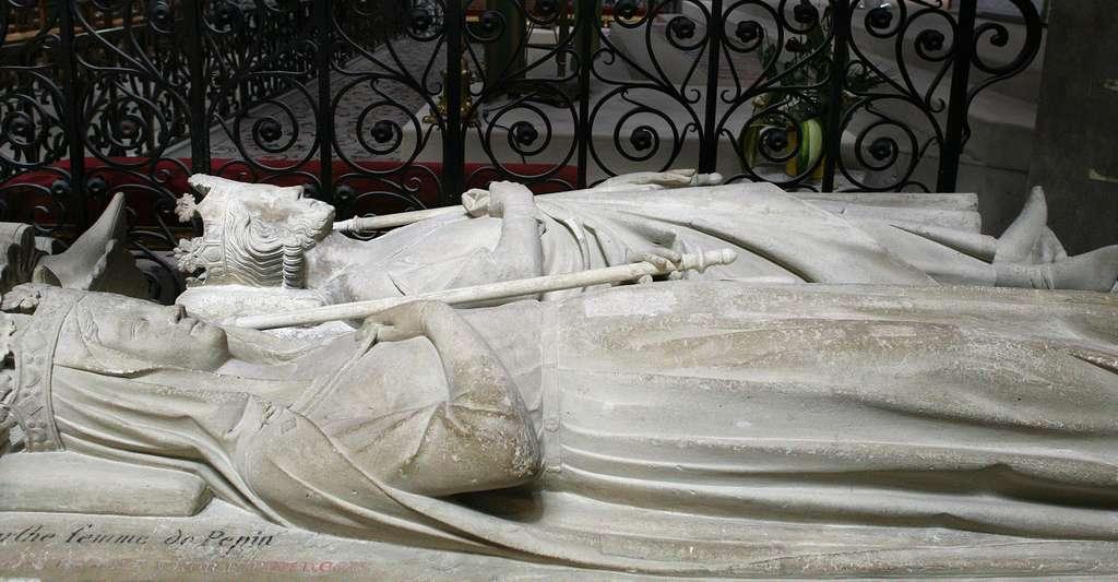 Charlemagne était un roi conquérant. Ici, gisants de Pépin le Bref et Bertrade de Laon (plus connue sous le nom de Berthe au Grand Pied) à la basilique Saint-Denis. © Roi Boshi, Wikimedia Commons, CC by-sa 3.0