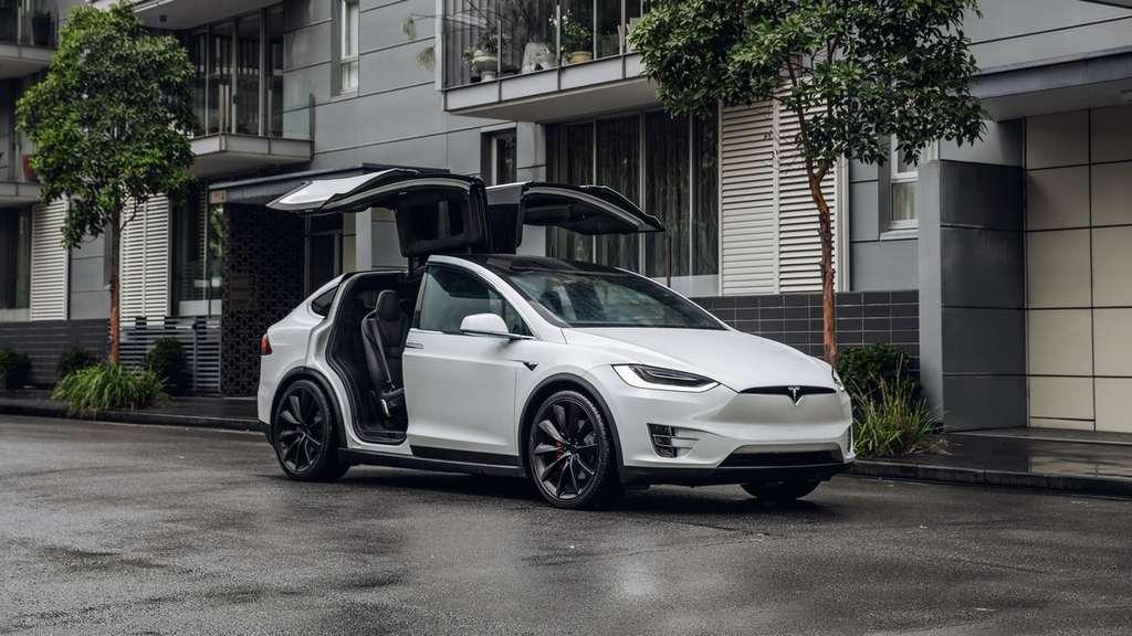 SpaceX a annoncé que le SUV électrique Model X de Tesla servirait de navette officielle pour convoyer les équipages de la Nasa jusqu'au pas de tir pour les futures missions à bord du Crew Dragon. © Tesla