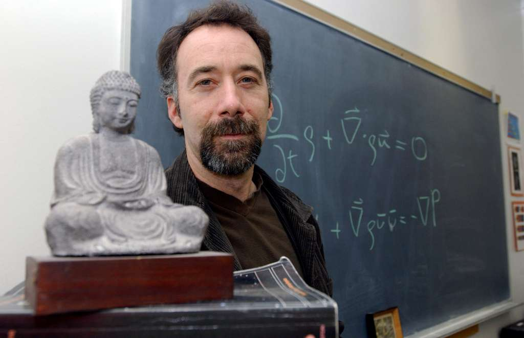 Adam Frank, astrophysicien théoricien, se présente comme athée mais pas réductionniste et il pense, tout comme Roger Penrose et le philosophe David Chalmers, que l'on est encore loin de comprendre la physique de la conscience et qu'il s'agit probablement d'une nouvelle physique, en rapport avec la physique quantique, qui nous échappe encore. Au début des années 1970 (mais Niels Bohr et Werner Heisenberg en étaient déjà conscients depuis longtemps), des connexions ont été trouvées entre certaines idées de la philosophie orientale et certaines interprétations de la mécanique quantique, par exemple par le physicien Fritjof Capra dans son livre un peu controversé Le Tao de la physique. Hélas, ces connexions ont ensuite été largement déformées et ont servi à alimenter des sectes et des escroqueries intellectuelles. © Université de Rochester