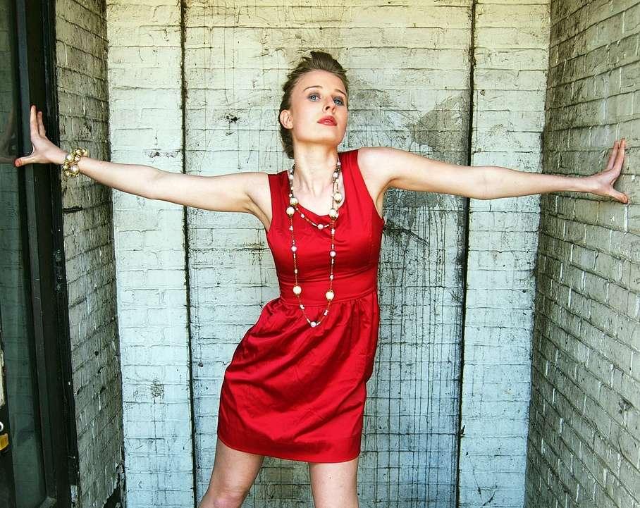 Dans l'inconscient masculin, les femmes habillées en rouge paraissent plus disponibles sexuellement. Elles seraient donc davantage prêtes à répondre favorablement à leurs avances. © Christopher Warren, Flickr, cc by nc nd 2.0