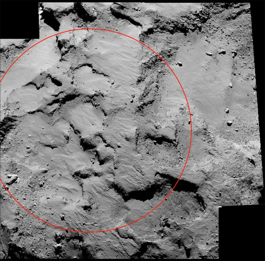 Agilkia, le site d'atterrissage de Philae. Les observations montrent qu'il s'agit d'une région de la comète riche en dépôts, probablement d'origine organique, voire silicatée, et s'accumulant sur plusieurs mètres de hauteur. Il existe donc un risque que Philae s'enfonce profondément au moment de son atterrissage. © Esa