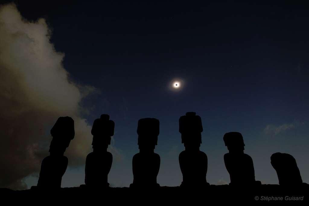 Une éclipse vue par les statues de l'île de Pâques
