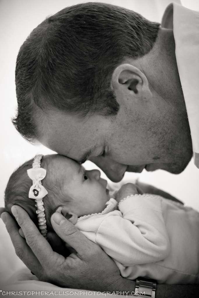 Pour le moment, les chercheurs n'ont pas testé l'effet de l'odeur des bébés sur le cerveau des hommes. Il est possible qu'elle ait également un rôle dans l'établissement du lien entre un père et son enfant. © christopherallisonphotography.com, Flickr, cc by nc nd 2.0