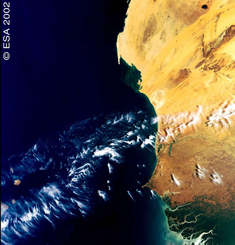 Une photographie historique : la toute première image (de la côte atlantique de l'Afrique de l'Ouest) retransmise par Envisat en 2002. © Esa