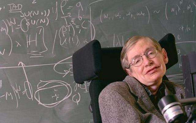 Stephen Hawking voilà quelques années. Derrière lui, des calculs de cosmologie. © université de Cambridge