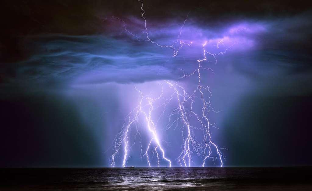 Belle et terrifiante, la foudre frappe l'océan et le super-tanker Guanabura, au large de la côte nord-ouest australienne, près du champ pétrolier de l'île de Barrow. © Graham Newman, Royal Photographic Society