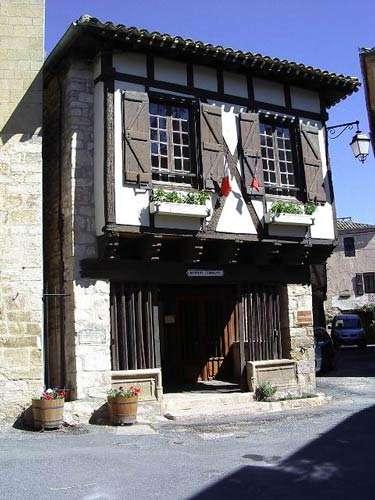 Mairie - Cette bâtisse est la mairie depuis 1792. Auparavant, elle abritait les quatre consuls qui dirigeaient la contrée. © Photo Michel Robert