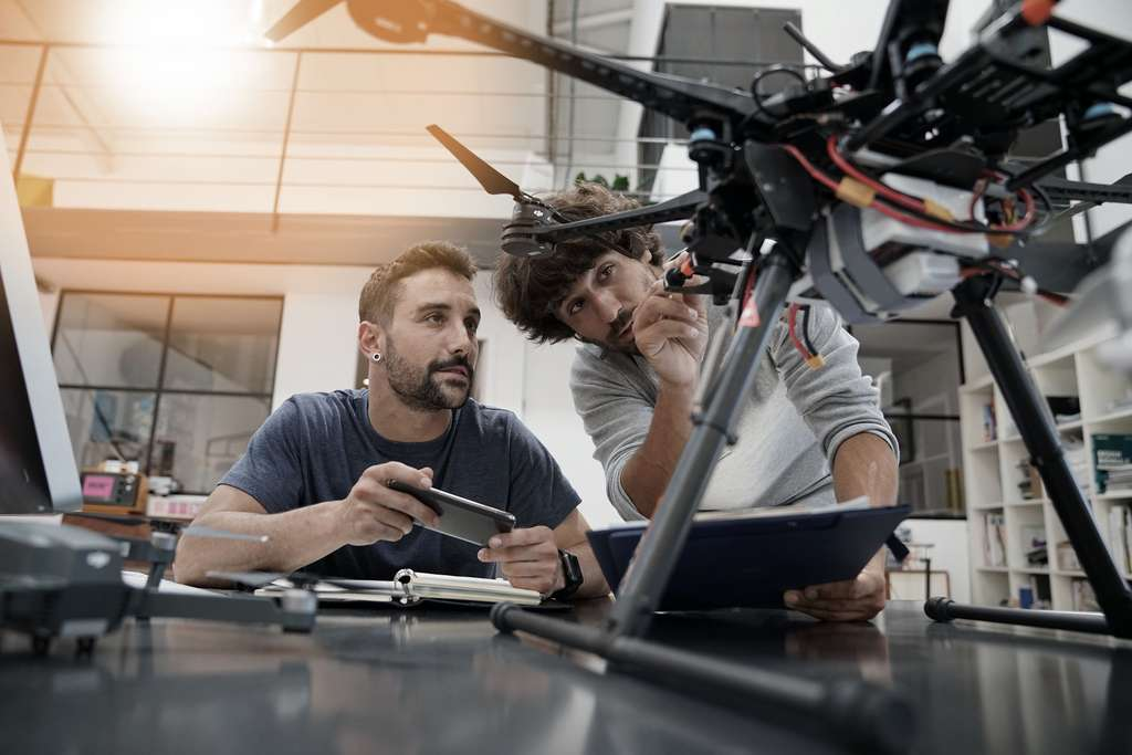 Cherchant à mettre au point de nouveaux produits ou procédés, à améliorer ceux déjà existants, l'ingénieur R&D collabore avec différents services de son entreprise afin de mettre en commun leurs compétences. © goodluz, Adobe Stock