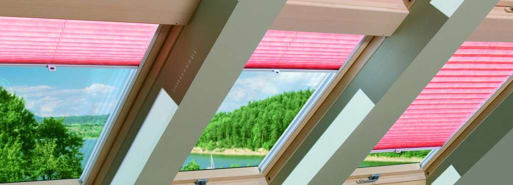 Plissé et tamisant, le store intérieur pour fenêtre de toit participe pleinement à la décoration de la pièce. © Fakro