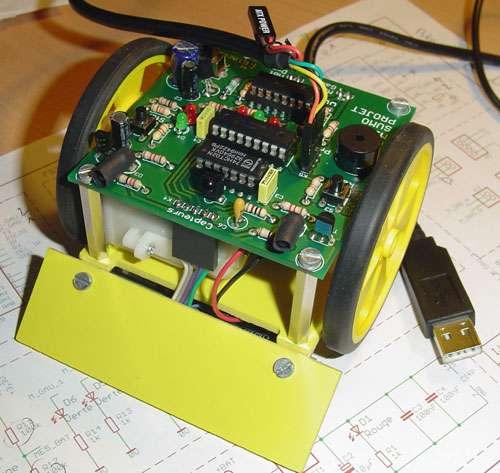 La conception d'un robot minisumo passe par l'électrique de l'intérieur par exemple. © Frédéric Giamarchi