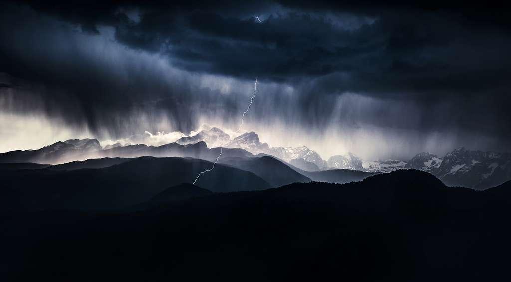 Catégorie Paysages : A stormy day. Est-ce un éclair nuage-sol ou bien sol-nuage ? © Ales Krivec, Nature Photographer of the Year