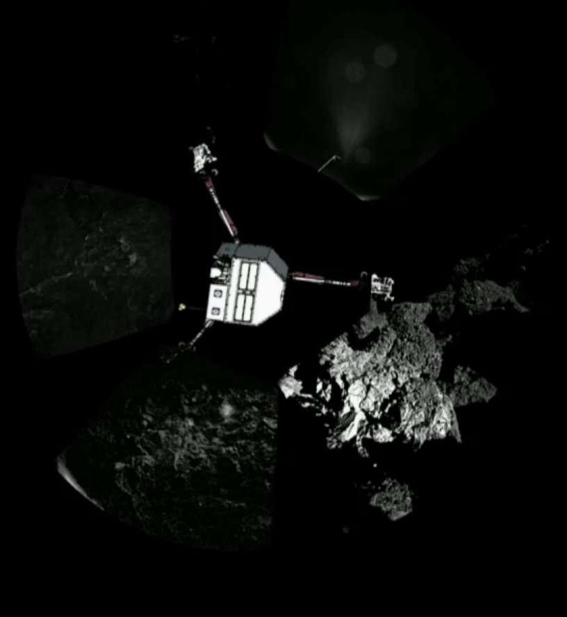 Le panorama transmis par Philae, constitué de plusieurs clichés, montrant deux de ses pieds. Le dessin du robot a été ajouté. Première constatation : il fait sombre. La position de Philae, de plus, n'est pas optimale. Il a pourtant fait l'essentiel de son travail... © Esa/DLR