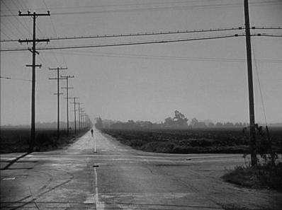 Continuer tout droit et emprunter la route qui nous est familière, ou tourner à droite pour chercher un raccourci ?