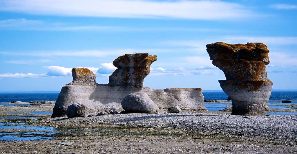 Monolithes à Mingan. Le parc compte une quarantaine d'îles et îlots calcaires et près de 1.000 îlots granitiques. © Michel Villeneuve, cc by 2.0