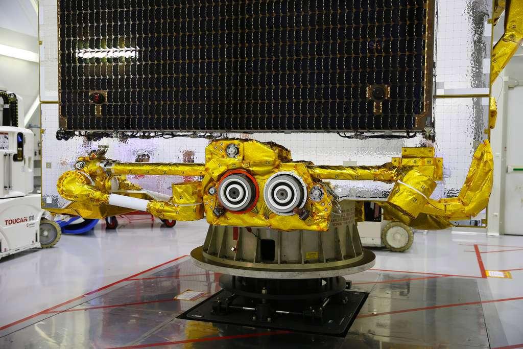 Une paire de deux propulseurs à effet Hall de 5 kW installée sur un des deux bras robotisés du satellite Eutelsat 172B. © Airbus