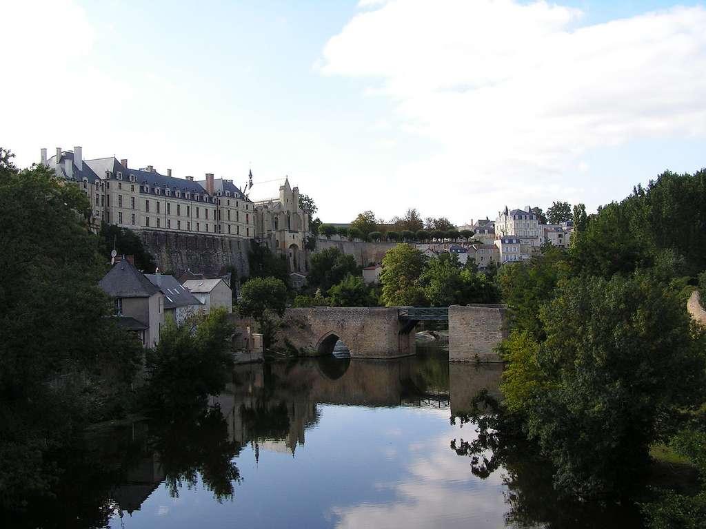 Le château des ducs de la Trémoïlle et le pont des Chouans se situent à Thouars, sur le Thouet. © Alertomalibu, CC by-sa 2.5