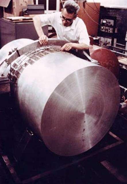 Joseph Weber (1919-2000) était un pionnier de la détection des ondes gravitationnelles. On le voit ici avec le détecteur de son invention, une barre de Weber. © AIP, Emilio Segrè Visual Archives