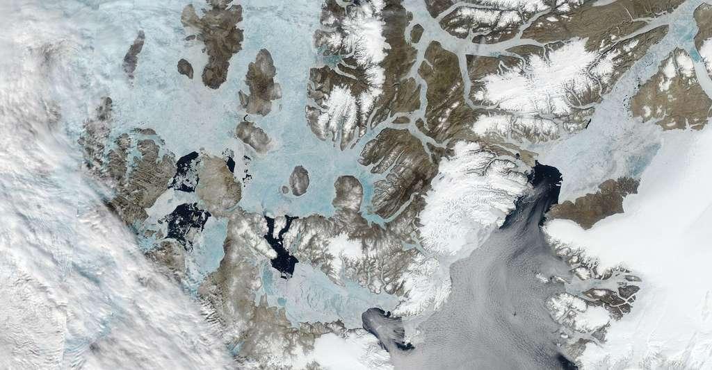 Des chercheurs de l'université de Toronto (Canada) ont étudié les arches de glace — ici en forme de « u » inversé — qui se forment dans le détroit de Nares, dans « la dernière zone de glace » de l'Arctique. © MODIS Land Rapid Response Team, NASA GSFC