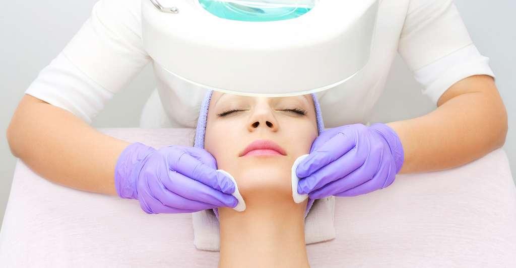 Acné rétentionnelle et acné inflammatoire sont les deux types d'acné. © Carol Anne - Shutterstock