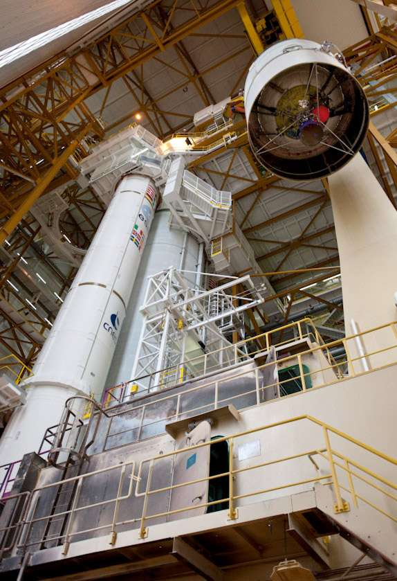 Intégration de l'étage supérieur du lanceur Ariane 5. © 2011/Esa/Cnes/Arianespace & CSG/G. Barbaste
