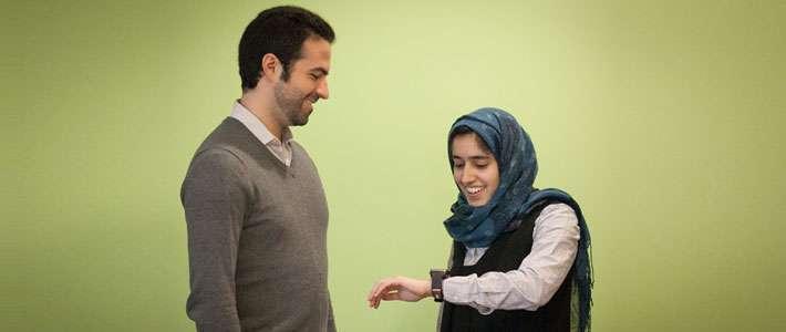Mohammad Ghassemi (à gauche) et Tuka Alhanai, portant la montre, testent le dispositif sur lequel ils travaillent au CSAIL, un laboratoire du MIT. © CSAIL