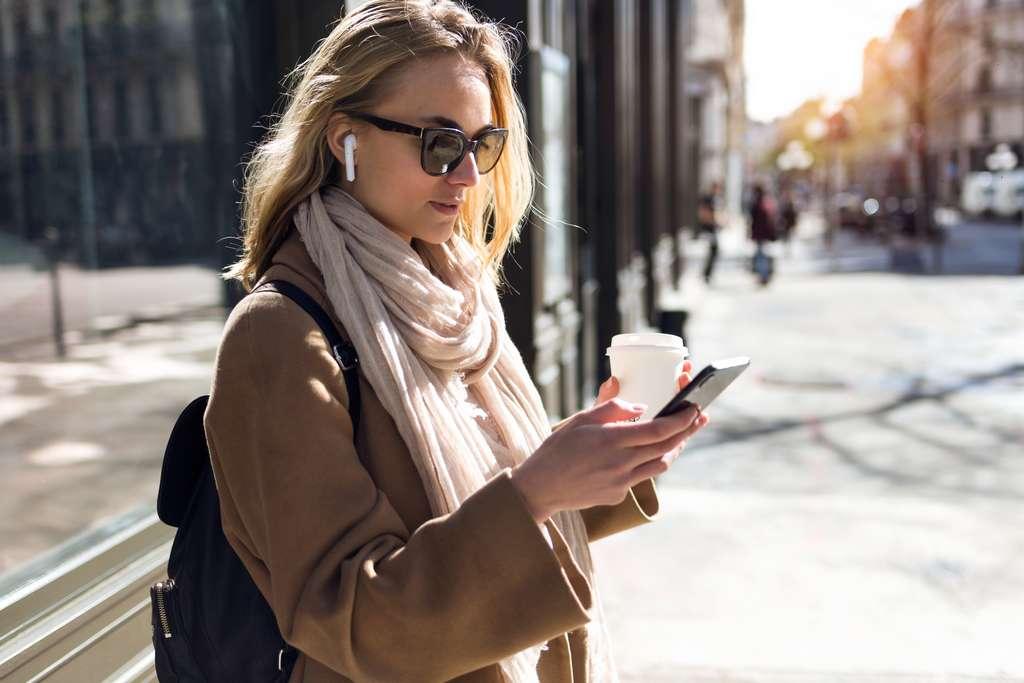 Manipulé plusieurs fois par jour dans la rue, dans le bus, à la maison ou au bureau..., le téléphone portable est un nid à microbes qu'il convient de nettoyer régulièrement. © nenetus, Adobe Stock