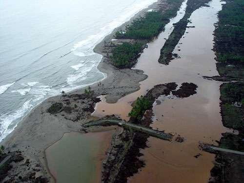 La vague du tsunami du 26 décembre 2004 a balayé les côtes de Sumatra. © P. Wassmer