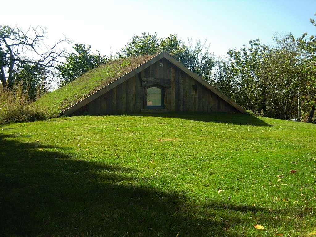 Une cabane semi-enterrée écoconstruite. © Jacques Le Letty, Wikimedia Commons, CC by-sa 3.0