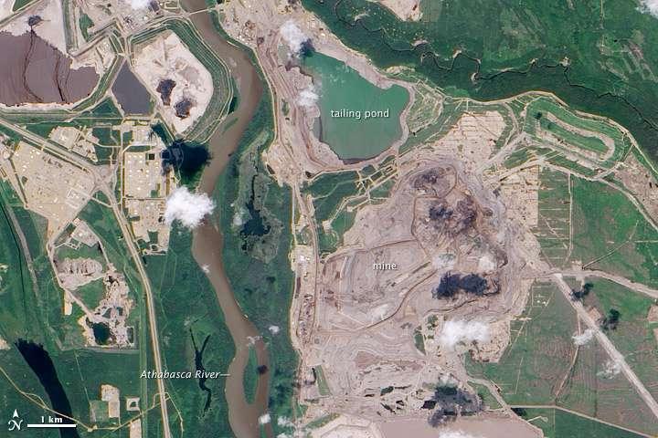 Le Canada est le premier producteur de pétrole à partir de sable bitumineux. Ici, en photo, l'exploitation minière de sable bitumineux de l'Athabasca (Alberta, Canada). L'image montre la rivière Athabasca à environ 600 m de l'étang de résidus miniers. © Nasa Earth Observatory, DP